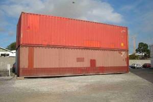 4 containers maritimes bruts sont empilés (2TC40 HC sur 2TC40 DRY)